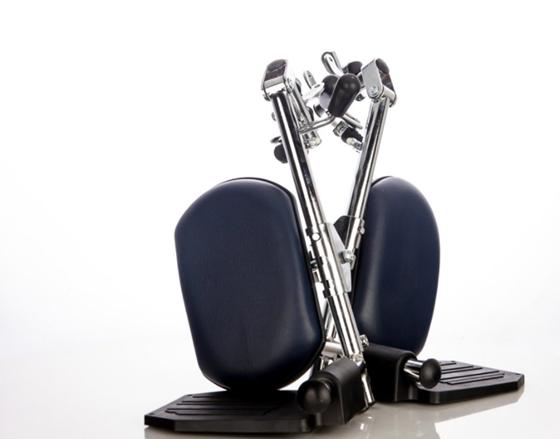 תמונה של רגליות מתרוממות לכסא גלגלים